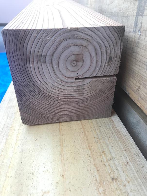 背割りが入った杉材